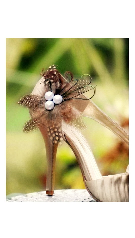 Свадьба - Shoe Clips Champagne - Brown & Black Feathers Pearls. Big Day Bride Bridal Bridesmaid Couture, Statement Elegant Edgy, Sand Natural Nude Tan