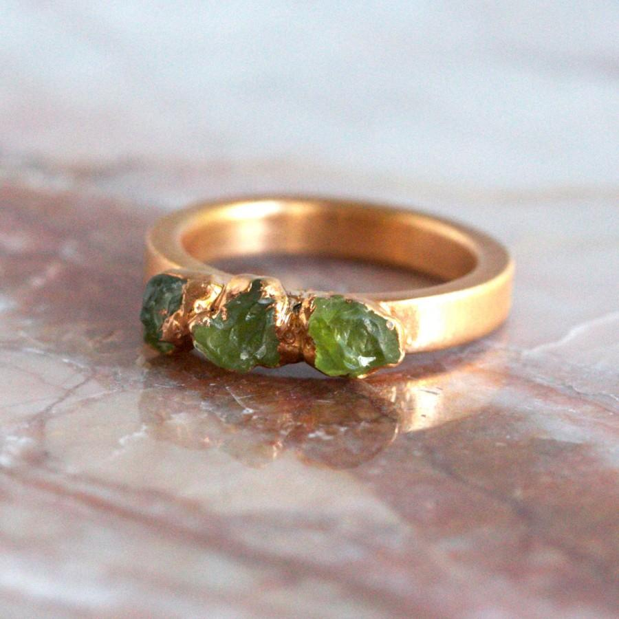 Hochzeit - peridot ring gold / green stone ring / peridot stacking ring / stackable ring / stacking ring / raw stone ring / peridot jewelry/dainty ring