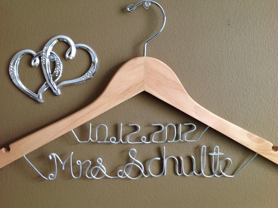 Свадьба - Bridal Hanger with Date, Wedding Personalized  Bridal Hanger, Brides Hanger, Bride, Name Hanger, Wedding Hanger, Personalized Bridal Gift