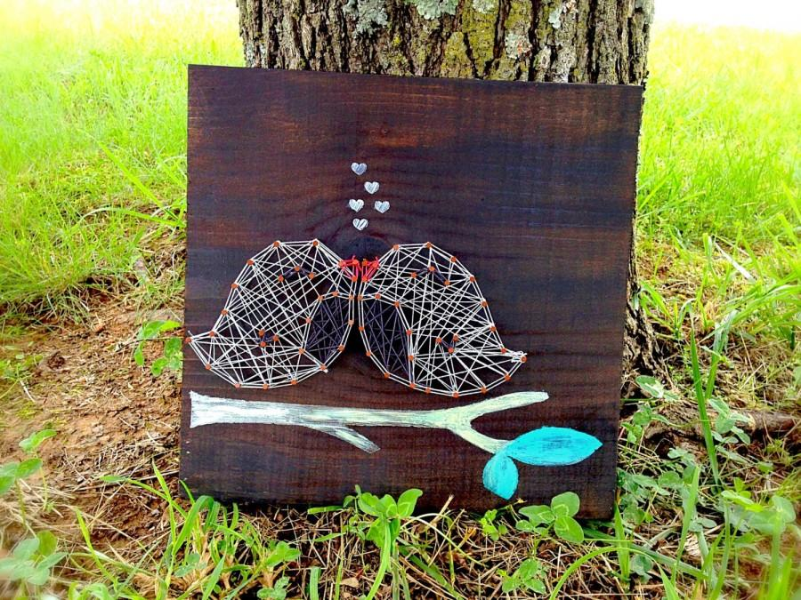 Свадьба - Love Bird Sign ~ Bird String Art ~ Wedding Sign ~ Wooden Sign ~ Personalized Sign ~ Bird Decor ~ String and Nail Art ~ Wedding Decor ~ Birds