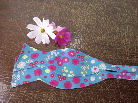 Свадьба - Blue Floral Bow Tie Wedding Necktie Woodland wedding Blue tie Pink small flower self tied La tenue du marié Bräutigam Kleidung Brautkleid