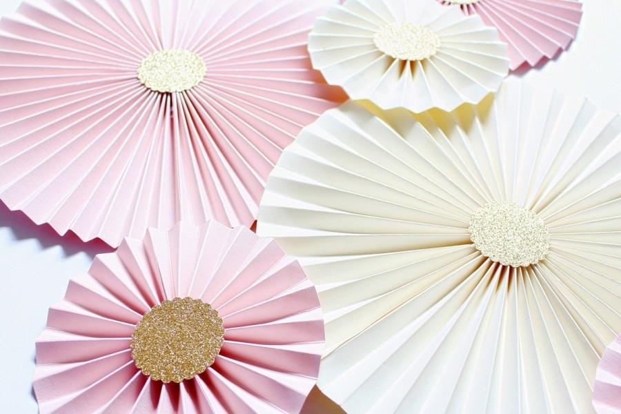 Mariage - Paper rosettes - paper pinwheels - WEdding Backdrop - Blush Wedding Decorations - Blush and Gold Bridal Shower - Cake Smash Backdrop