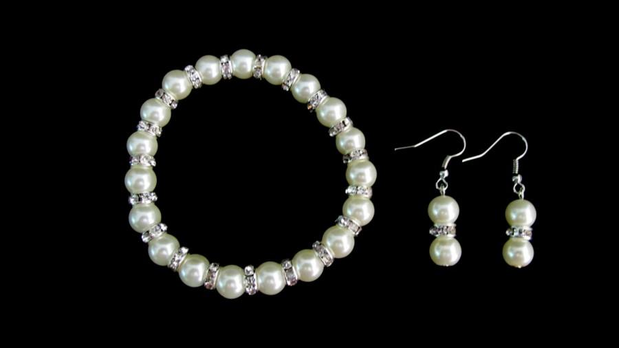 Hochzeit - Ivory Pearls Stretchable Bracelet Earrings Set Wedding Set Bridesmaid Pearl Set Flower Girl Jewelry Free shippin In USA