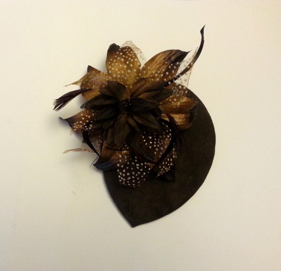 Hochzeit - Vintage 40s 50s Hat SUEDE Coffee Brown Nude Teardrop Hat Feather fascinator