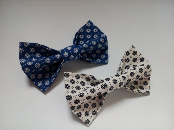 Wedding - Two floral bow ties White blue bowties with marguerites Wedding bowtie Noeud papillons blanc bleu avec marguerites Papillon blu bianchi Ties