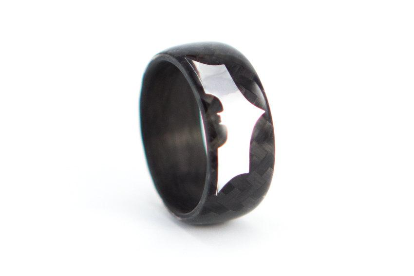 Mariage - Men's carbon fiber Batman ring. The Dark Knight Rises black glossy wedding band. Water resistant, very durable and hypoallergenic. (01902)