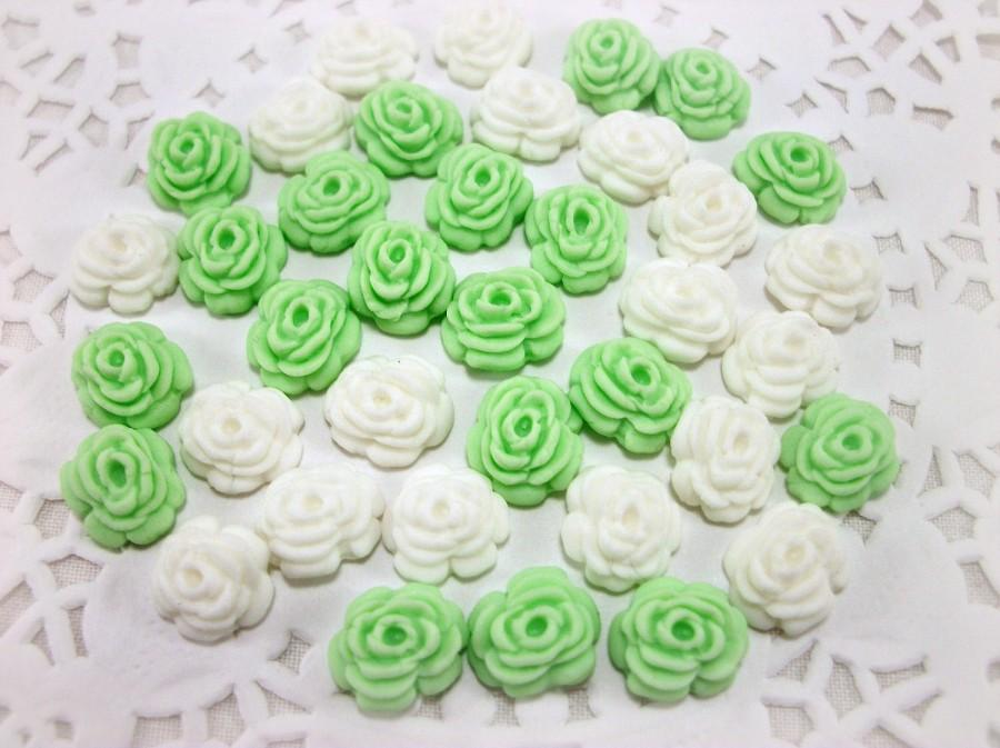 Свадьба - 100 Edible Fondant Sugar Flowers, Wedding Cake Cupcake Decor, White Decor, Gumpaste Flowers Roses, Engagement Decor, Romantic Wedding Cake