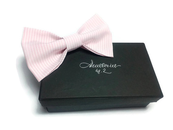 Mariage - Mens bow tie Blush Pink Striped Bowtie Wedding necktie Bowties for men Father Erröten rosa gestreifte Fliege Corbata de lazo rosado rayado