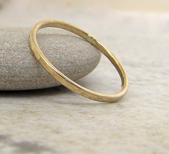 Свадьба - Thin Wedding Band Gold Wedding Ring 14k Hammered Gold Wedding Band Stackable Guard Ring