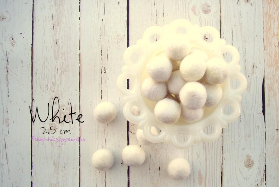 Свадьба - WHITE -2cm 100% Wool Felt Balls -Felt Pom Pom *Christmas Garland - DIY Pom Pom Garland - DIY Felt Ball Garland * Wool Balls *Mantel Decor