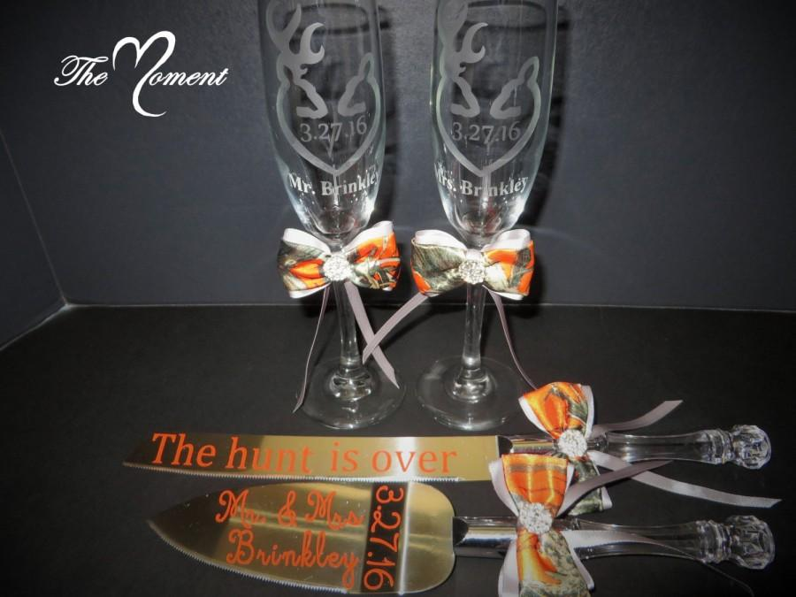 Mariage - Mr. and Mrs. Toasting Flutes, Camo Wedding Toasting Glasses, Cake Knife Server Set, Custom Etched Champagne Flutes, PERSONALIZED