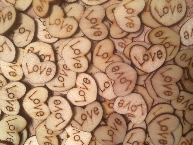 Свадьба - Wood Love Hearts, 100 Tiny Love Hearts, Wooden Love Hearts, Rustic Table Confetti, Rustic Wedding Decor, Table Confetti, Barn Wedding
