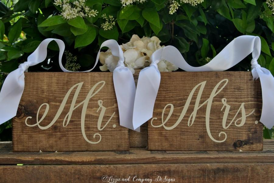 Свадьба - MR and MRS CHaiR SiGnS - Set of Hanging Chair Signs - Bride and Groom Chair Signs - WeDDiNG PhoTo PRoP - Rustic and Stained - 8 X 5