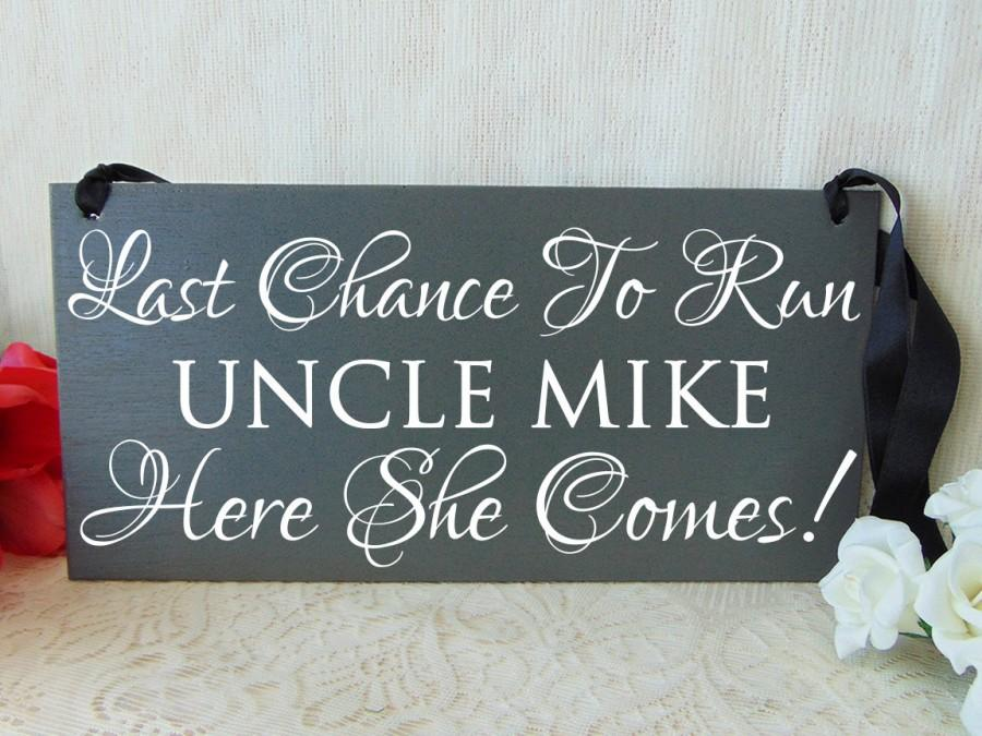 Hochzeit - Last chance to run uncle , here she comes wedding sign. Here comes the bride alternative. Gray wooden sign. Personalized