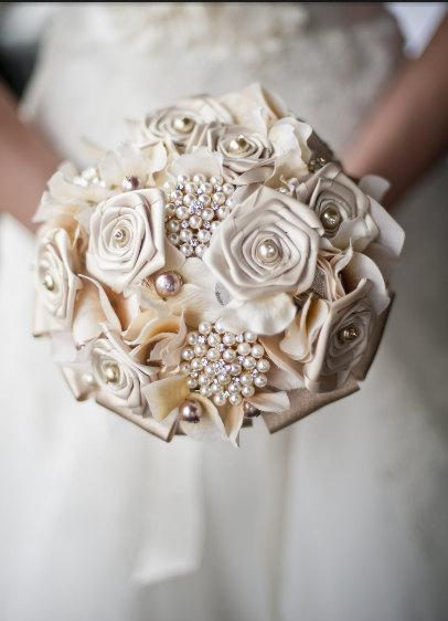 Свадьба - Ivory Brooch Bridal Bouquet with Ivory Hydrangea, Ivory Satin Roses, Beautiful Pearl Brooches, Burlap and Lace.