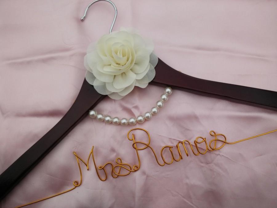 Свадьба - Wedding Hanger, bridesmaid gifts, name hanger, brides hanger bride gift,bride hanger for wedding dress