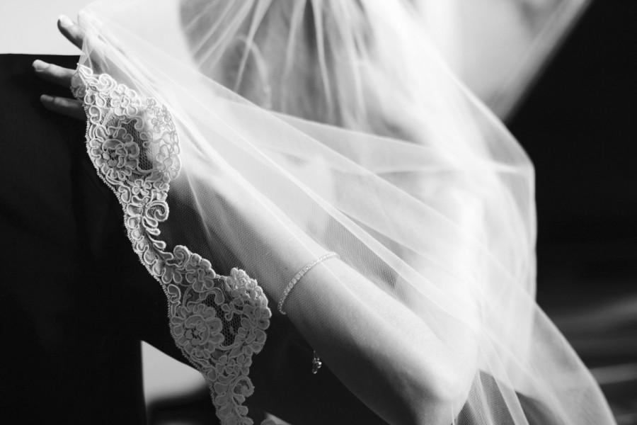 Свадьба - Wedding Veil Fingertip Lenght with Lace Edge, Fingertip Wedding Veil, Lace Veil Fingertip, Lace Edged Veil, Ivory Fingertip Veil