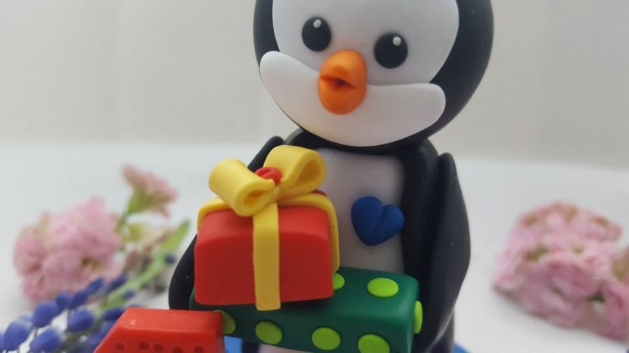 Mariage - Birthday penguin cake topper, 1st birthday cake topper, Baby boy penguin holding 2 gifts with little blue heart, penguin cake topper