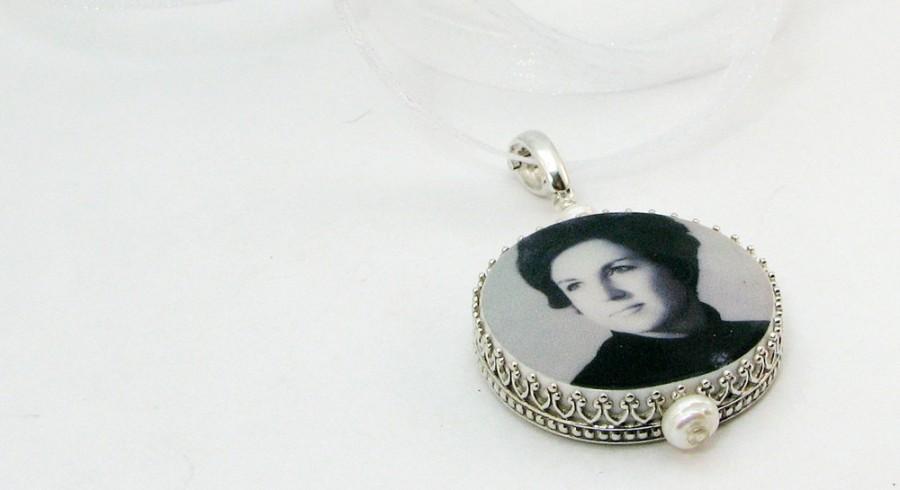 Hochzeit - Wedding Bouquet Charm - Round, Classic Framed Photo Memorial - Bouquet Jewelry - FBC7C