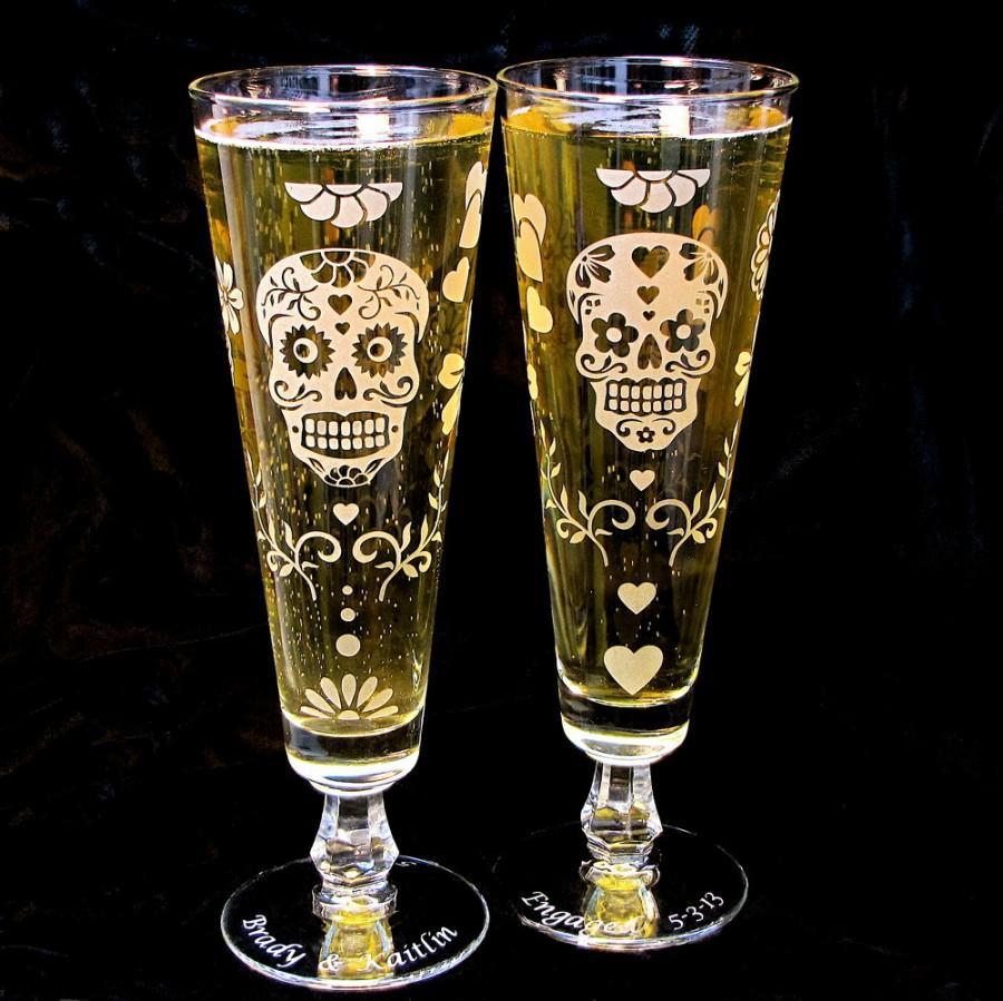 Mariage - 2 Day of the Dead Wedding Pilsner Flutes, Personalized Dia De Los Muertos Beer Flutes, Sugar Skull