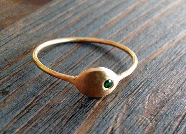 زفاف - Emerald City. Simple and Sophisticate 14K Thin Gold Ring Set with Green Emerald. Alternative Engagement Ring. Slim Gold Ring. Recycled.