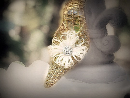 Mariage - Ivory Flower Shoe Clips. White Green Yellow Orange Blue Purple Red Satin Ribbon. Beige Pearl / Rhinestone. Bridal Bride Bright Shoe Clip Pin