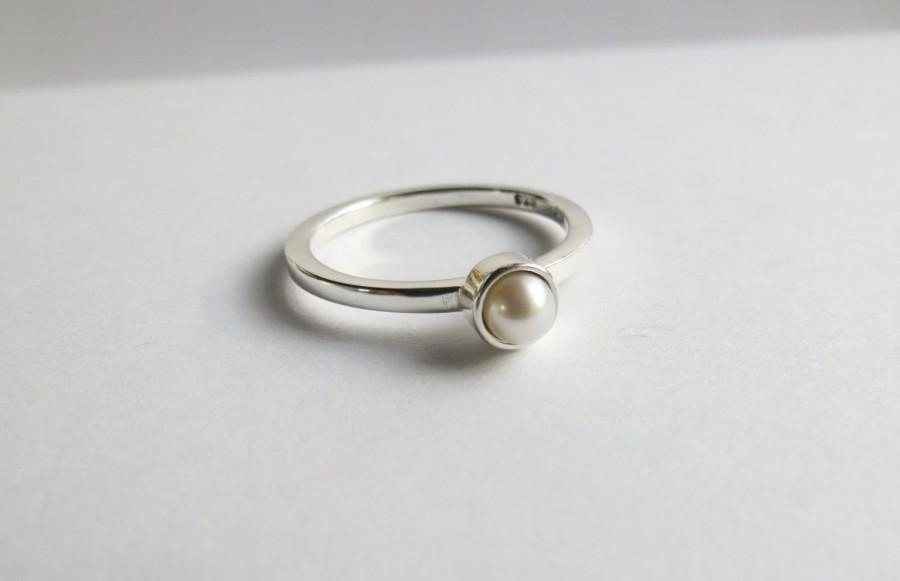 Свадьба - Custom Minimalist Freshwater Pearl Solitaire Engagement Ring.