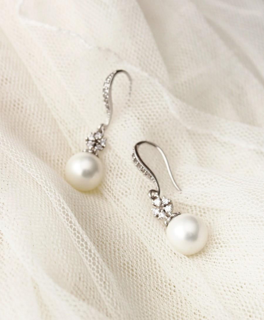 Mariage - Pearl Bridal Earrings Pearl Wedding Jewelry Bridesmaid Gift June Birthstone White Pearl Drop Earrings Bridal Party Gifts Bridal Jewerly