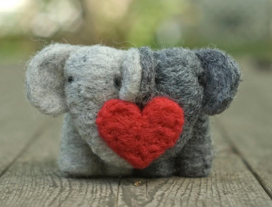 Свадьба - Needle Felted Elephant Couple with Heart