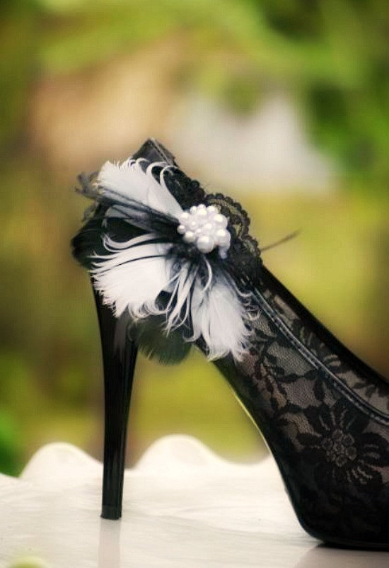Mariage - Wedding Shoe Clips. Black & White Feathers Lace - Pearls. Couture Statement Bridal Bride Bridesmaid. Made to Match Gift, Shabby Chic Spring