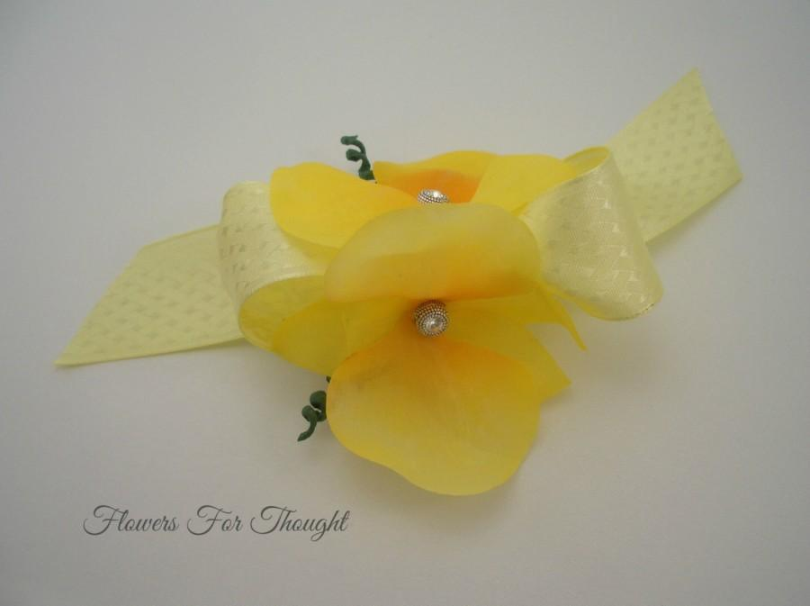 Свадьба - Yellow Orchid Corsage, Wedding Party Gift, Bridesmaids Flowers, Prom, Homecoming