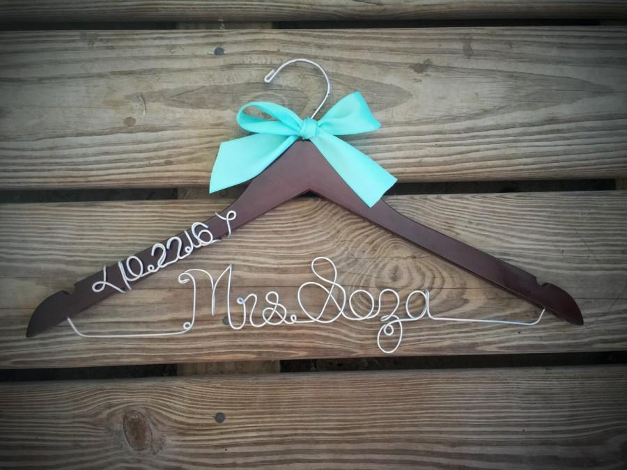 Mariage - Bridal Hanger with wedding date Bride Hanger with BOW, Multiple Colors, Name Hanger, Wedding Hanger, Personalized Bridal hanger, Bridal Gift