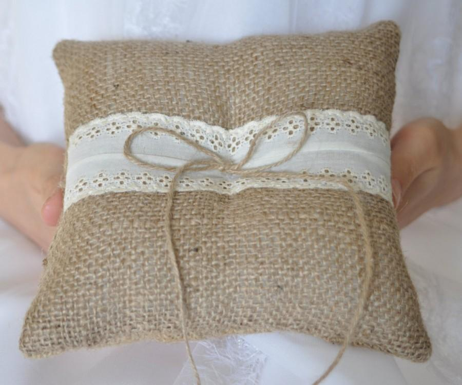 Свадьба - Rustic ring pillow Burlap Ring Bearer Pillow with Vintage Ivory cotton trim Woodland / Rustic / Cottage style Weddings