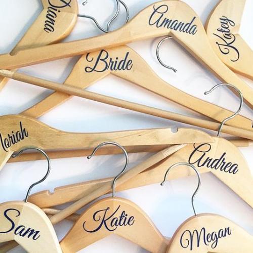 Свадьба - DIY Wedding Bridal Party Vinyl coat hanger decal sticker Nsme Or Role