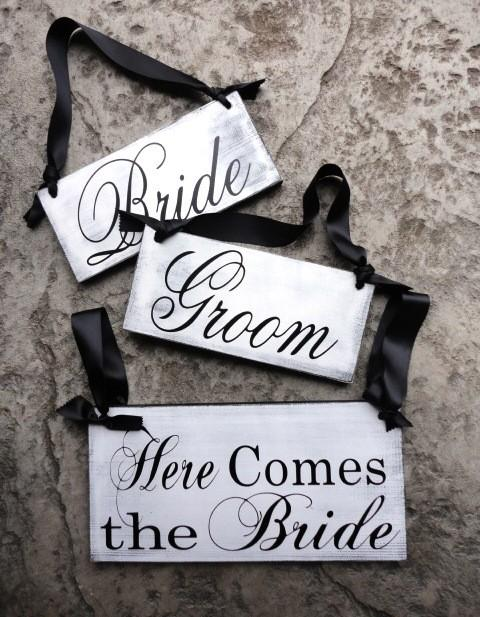 Hochzeit - Bride and Groom Sign with Thank You on back and Here Comes the Bride with And they lived Happily ever after. 2-Sided Package Set of 3.