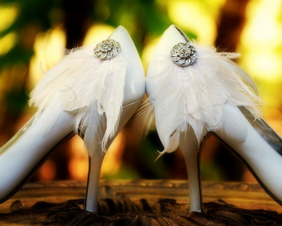 Mariage - White Wedding Shoe Clips. Ivory Black Blue Red Emerald Feathers Rhinestone. Spring Bride Bridal Bridesmaid MOH, Lush Edgy Gift, Chic Fashion