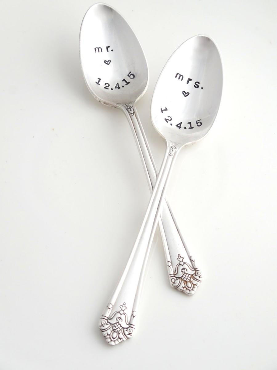 Mariage - CUSTOM Mr. & Mrs. - His  Hers  Stamped Spoons. The Bridal Pair.  Coffee Lovers Spoons  The ORIGINAL Hand Stamped Vintage Spoons™. Wedding.
