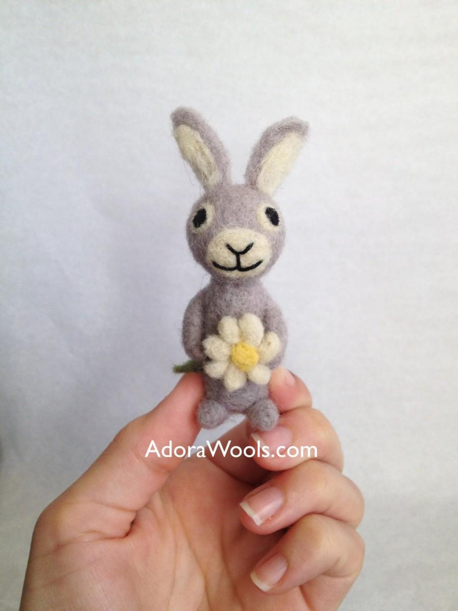 Mariage - AdoraWools Love Bunny Rabbit with Daisy - Spring time Easter Gift - Micro Bunny