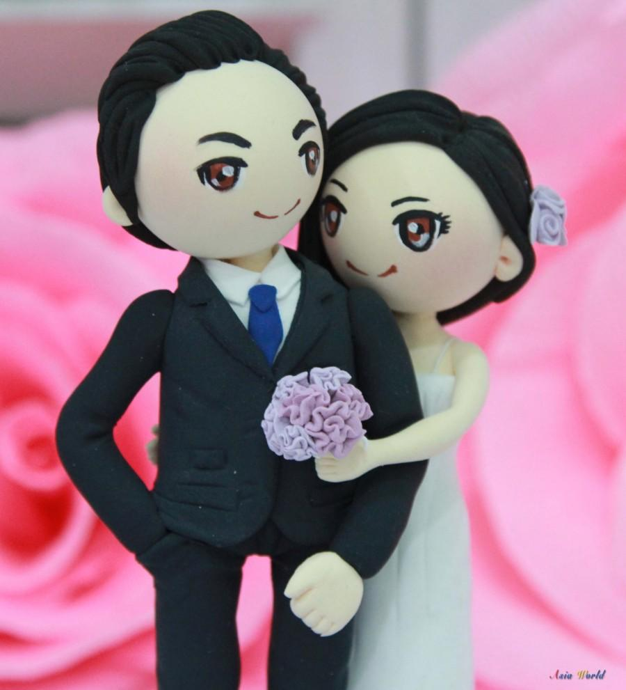 Mariage - Wedding cake topper Vintage Violet theme wedding clay couple, bridal shower clay doll, engagement clay miniature, clay figurine wedding gift
