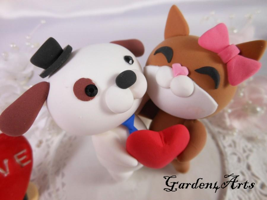 Hochzeit - NEW--Custom wedding cake topper--Love dog & cat couple with circle clear base