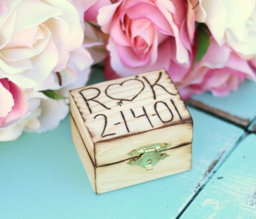 Mariage - Personalized Custom Engraved Wood Heart and Arrow Wedding Ring Box