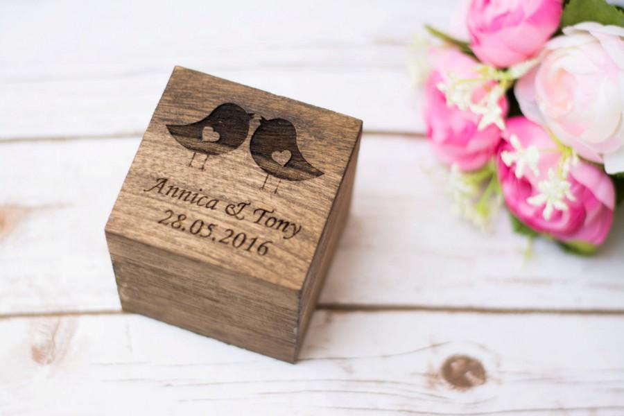 Свадьба - Personalized Wedding RIng Box Wedding Love Birds Ring Pillow Ring Holder Rustic Ring bearer Box Burlap Wooden ring bear box
