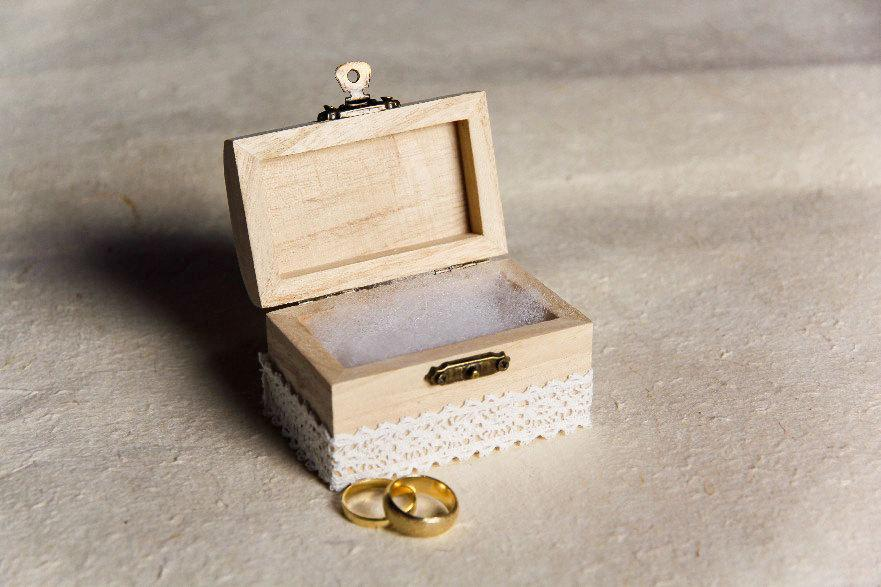 Свадьба - Rustic Wedding Ring Box with Lace - Ring Bearer Pillow Alternative