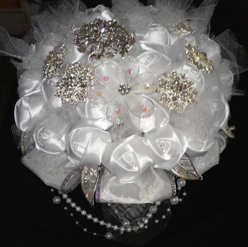 Свадьба - White Pearl Satin Rose Brooch Bouquet