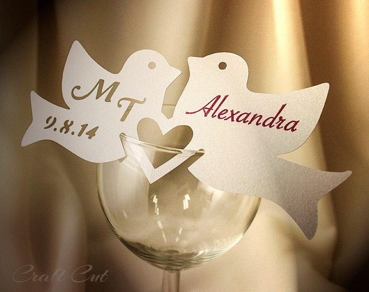 Свадьба - Two Love Birds Wedding Place Cards Personalized place card Wedding love birds Custom couple initials and date Wine glass decor
