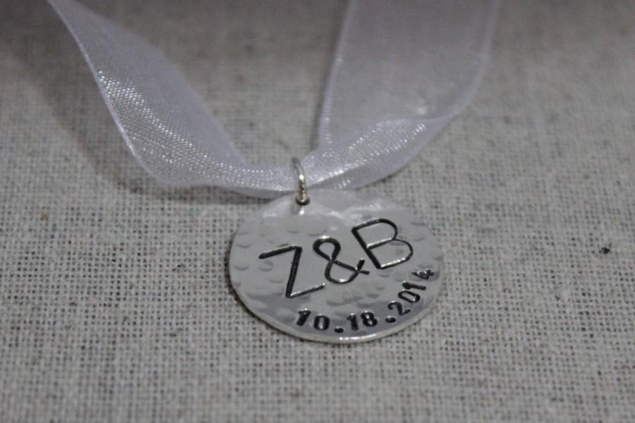 Mariage - Personalized wedding bouquet charm, initials and date pendat, bridal bouquet charm, sterling silver bridal accessories, bridal gift