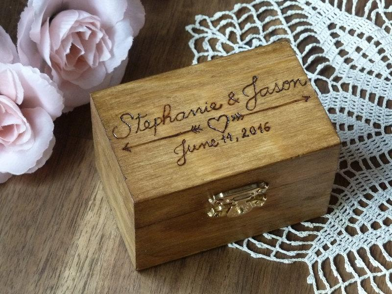 Mariage - Wedding Ring Box Rustic Ring Holder Ring Bearer Box Personalized Rustic Ring Holder Arrows and Heart Ring Pillow Bearer Box Custom Color