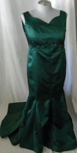 زفاف - Beautiful Emerald Green Curvy gown with train