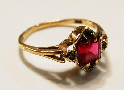 Mariage - RESERVED for Margo Vintage London Ladies Red and White Topaz Engagement Ring in 9ct Yellow Gold FREE POSTAGE