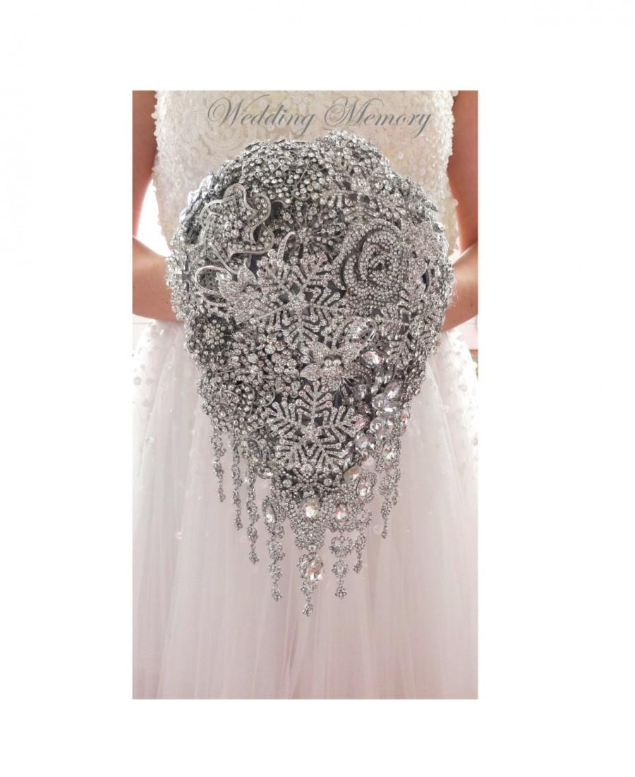 Mariage - Winter wonderland BROOCH BOUQUET Frozen theme in teardrop cascading waterfall with snowflakes. Jeweled with silver crystals and brooches